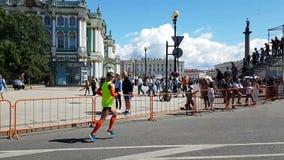 赛跑者完成跑在步行者的一座便桥下的圣彼德堡马拉松 股票录像