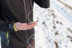 赛跑者检查智能手机gps跟踪 库存照片