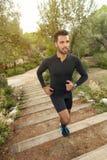 赛跑者男孩在森林里 免版税库存照片