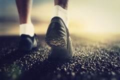 赛跑者脚在黎明 免版税库存图片