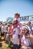 赛跑者获得乐趣在颜色奔跑 库存照片
