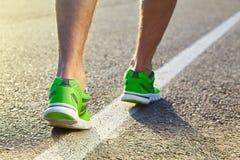 赛跑者跑在鞋子的路特写镜头的人脚 免版税库存照片