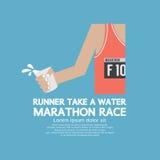 赛跑者采取在马拉松长跑的水 免版税库存照片
