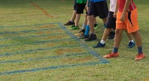 赛跑者鞋子在开始的为跑的草轨道指向 免版税库存照片