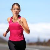 赛跑者-妇女运行中 库存照片