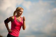 赛跑者-妇女治理一条道路的阴级射线示波器国家在早期的秋天 免版税图库摄影