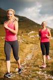 赛跑者-妇女治理一条道路的阴级射线示波器国家在早期的秋天 免版税库存图片