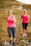 赛跑者-妇女治理一条道路的阴级射线示波器国家在早期的秋天 库存图片