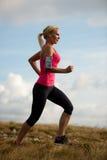 赛跑者-妇女治理一条道路的阴级射线示波器国家在早期的秋天 图库摄影