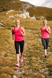 赛跑者-妇女治理一条道路的阴级射线示波器国家在早期的秋天 库存照片