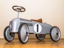 赛跑自行车的减速火箭的样式玩具在客厅 图库摄影