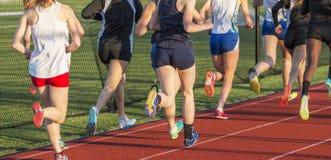 赛跑英里的高中女孩 免版税图库摄影