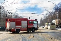 赛跑通过在溜滑路的城市街道的救火车在冬天 库存照片