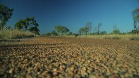 赛跑通过澳洲内地的有蓬卡车 股票视频