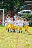 赛跑配合的孩子 库存照片