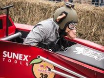 赛跑猴子的红色公牛 图库摄影
