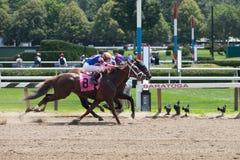 赛跑从美国种族Trac的女王/王后的行动 免版税库存照片