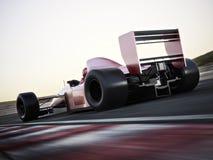 赛车加速在与行动迷离的一条轨道下的后面视图 库存图片
