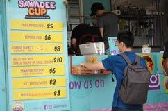 赞助人为他的顺序排队在Sawadeecup食物卡车前 库存图片