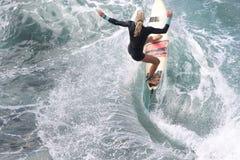 赞成冲浪者,伊夫琳Hooft,准备好在毛伊的Honolua海湾 库存图片
