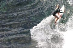 赞成冲浪者,伊夫琳Hooft,准备好在毛伊的Honolua海湾 库存照片
