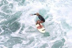 赞成冲浪者,伊夫琳Hooft,准备好在毛伊的Honolua海湾 图库摄影