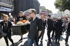 赞成大麻演示和假装葬礼进行曲 免版税库存图片