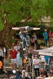 赞成车手在BMX自行车竞争中让去把手 免版税库存照片