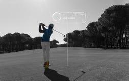 赞成高尔夫球运动员射击了从沙子地堡的球 免版税库存图片