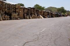 赞比亚- 2013年10月14日:当地人民去日常生活 图库摄影