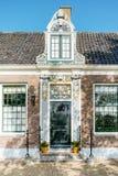 赞瑟斯汉斯,荷兰- 2019年5月14日:磨房的村庄的装饰的门 库存照片