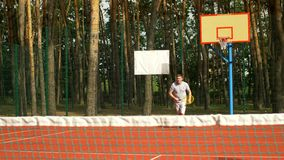 赞许他的对手的网球员在比赛期间 股票视频