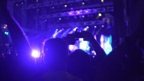 赞许和摄制在电话的许多人民剪影录影在音乐会 股票视频