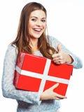 赞许女孩画象 妇女举行礼物盒 被隔绝的白色后面 免版税库存图片