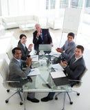 赞许的业务会议微笑的小组 库存照片