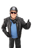 给赞许的成熟骑自行车的人垂直的射击 免版税图库摄影