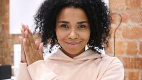 赞许美国黑人的妇女画象,拍手 影视素材