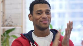 赞许英俊的美国黑人的人画象,拍手 股票视频
