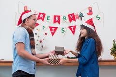 赠礼圣诞节和新年,夫妇恋人给当前 免版税库存图片
