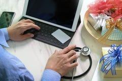 赠礼,有信用卡的医生手和手有g的 免版税图库摄影