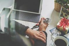 赠礼,有信用卡的医生手和手有g的 库存照片