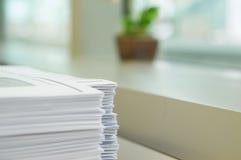 赠送品在办公室 免版税库存照片