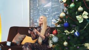 赢在控制台的激动的夫人侧视图一个电子游戏在圣诞节 股票录像