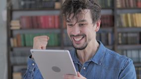 赢得在网上在片剂的激动的偶然年轻人 影视素材