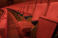赢得您的席位-剧院椅子 库存图片
