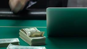 赢得金钱的人使用膝上型计算机,打赌的体育,网上赌博娱乐场,赌博 股票录像