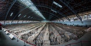 赤土陶器战士和马全景  免版税图库摄影