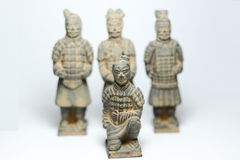 赤土陶器战士有赤土陶器由古老瓷的战士背景 免版税图库摄影