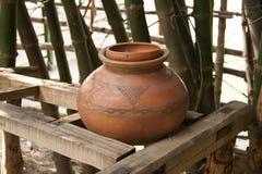 赤土陶器陶器水罐在竹密林 图库摄影