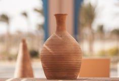 赤土陶器黏土花瓶在一个晴天露天站立 免版税库存图片